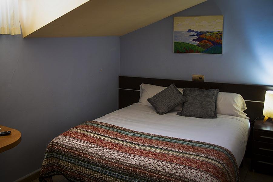 hostal bavieca medinaceli habitacion abuhardillada cama